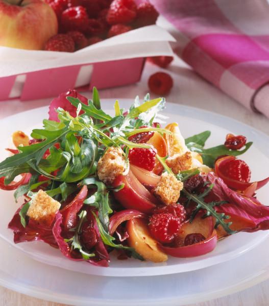 Pikanter Salat mit Beeren